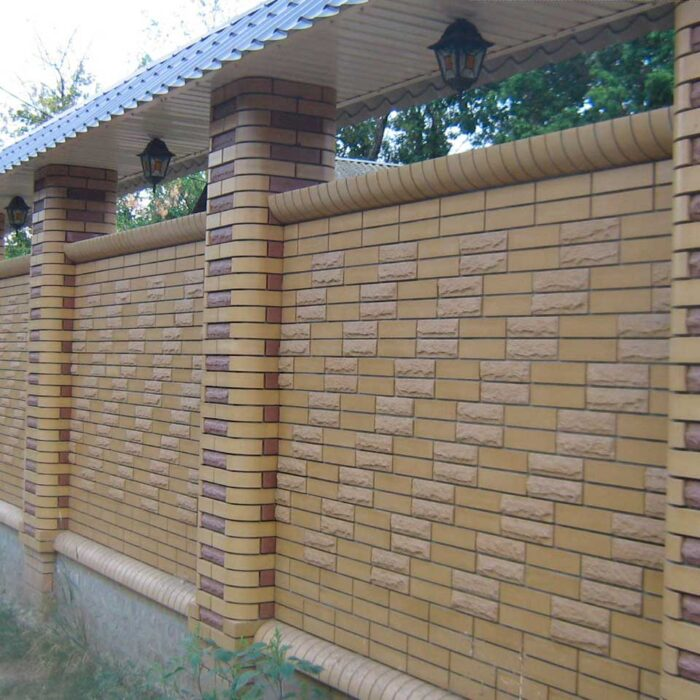Фото фасонный кирпич Литос в заборе
