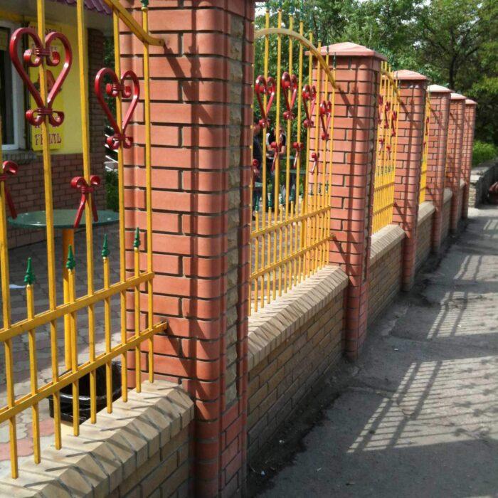 Фото забор из фасонного кирпича Литос