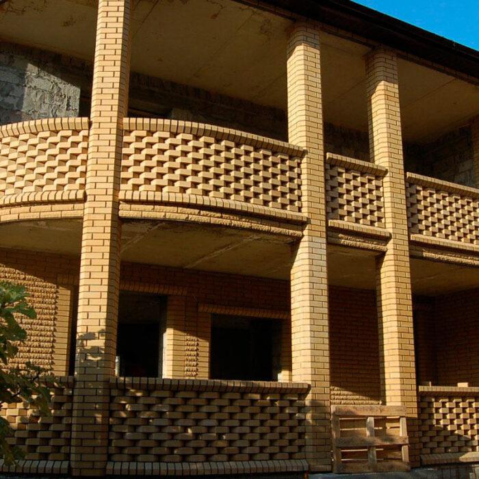 Фотография части дома из кирпича Литос